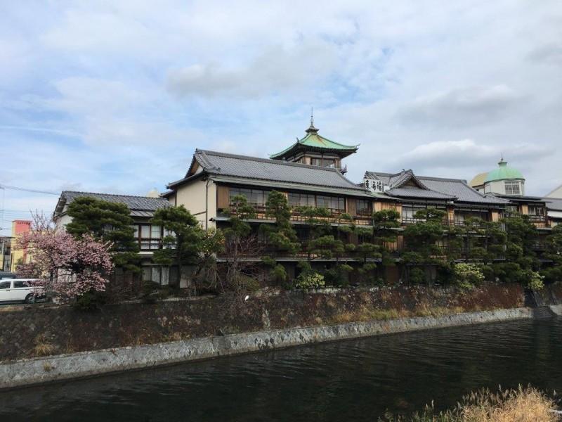 東海館と桜